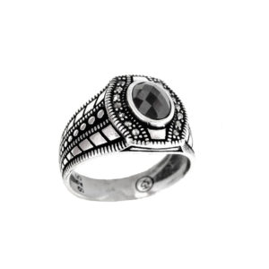 Signet ring black stone snake skin ornament